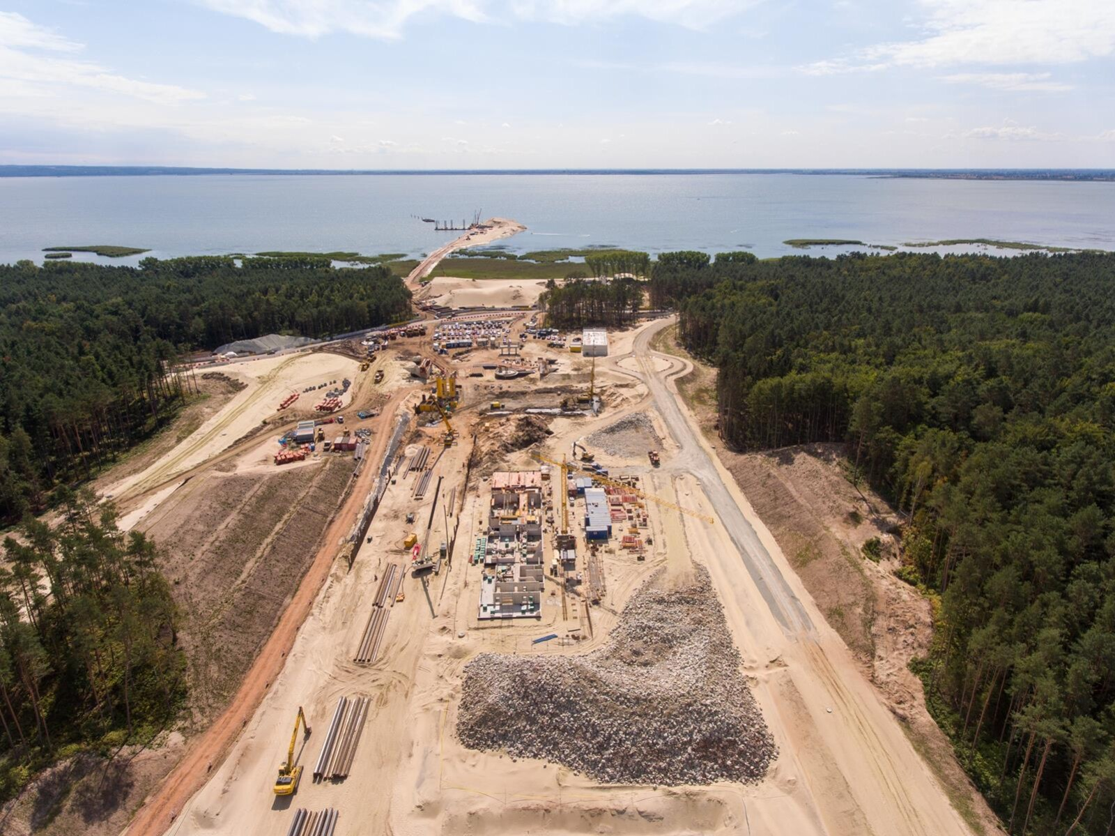 Sierpień na budowie drogi wodnej łączącej Zalew Wiślany z Zatoką Gdańską