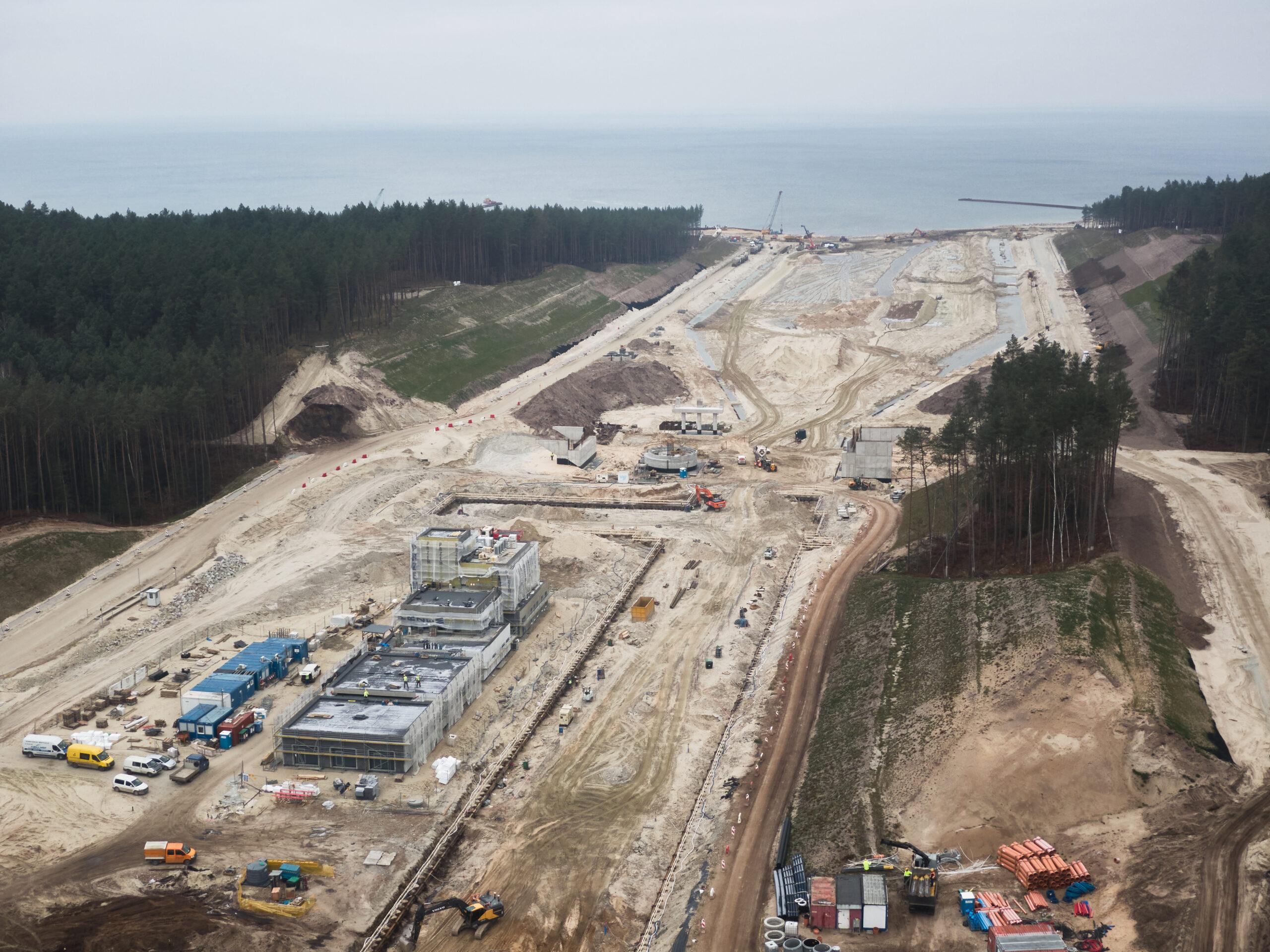 Grudzień na budowie drogi wodnej łączącej Zalew Wiślany z Zatoką Gdańską